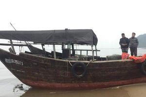 Hà Tĩnh: Phát hiện chiếc tàu 'lạ' trôi dạt vào bờ biển