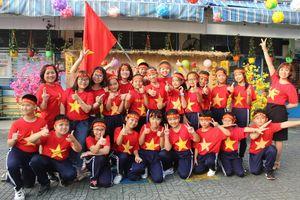 Cô trò 'nhuộm đỏ' sân trường ủng hộ đội tuyển Việt Nam