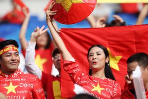 Hoa hậu Ngọc Hân diện áo dài độc đáo cổ vũ cho tuyển Việt Nam