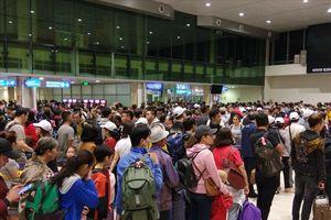 Hàng nghìn người xếp hàng chờ về quê ăn Tết ở sân bay Tân Sơn Nhất