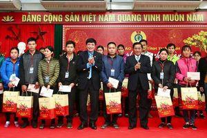 Đồng chí Trần Cẩm Tú trao quà cho công nhân lao động tại Thái Bình