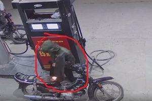 Bật lửa soi xăng cháy luôn xe máy: Không cố tình đốt?