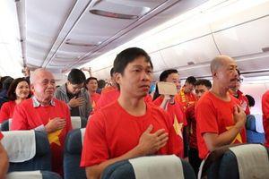 Hát Quốc ca và cổ động tuyển Việt Nam từ 9 tầng mây
