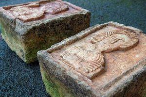 Phát hiện 2 tảng đá vứt chỏng chơ ngoài vườn là báu vật vô giá