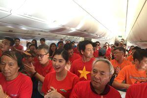 Quốc ca Việt Nam hát vang trên chuyến bay chở ba mẹ tuyển thủ, CĐV sang UAE