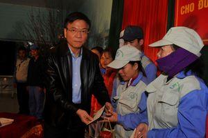 Bộ trưởng Lê Thành Long thăm, tặng quà cho công nhân lao động có hoàn cảnh khó khăn tại Hà Giang