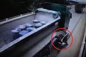 Clip: Va chạm với xe ben, người phụ nữ bị cán tử vong