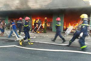 Cửa hàng nội thất cháy lớn ngày cuối năm