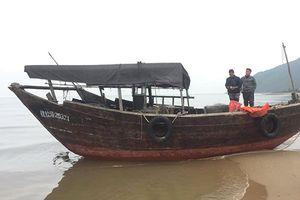 Tàu 'lạ' không người lái trôi dạt vào bờ biển Hà Tĩnh