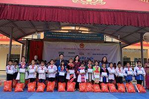 Bột, tấm cháo trẻ em Thành 'Râu' đến với học sinh nghèo Điện Biên
