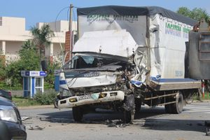 Húc vào đuôi xe ben, tài xế xe tải nguy kịch
