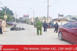 Xe máy chở 3 đâm vào ô tô, cả 3 đều bị thương