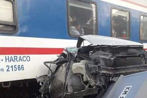 Cố tình vượt đường sắt, xe ô tô 4 chỗ bị tàu hỏa tông bẹp nát