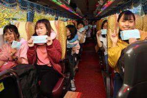 2.500 sinh viên nghèo về quê trên Chuyến xe Tết sum vầy