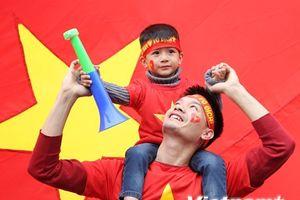 Người hâm mộ háo hức chờ đón đội tuyển Việt Nam trở về