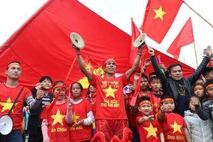 Tuyển Việt Nam trong sự trào đón của hàng ngàn cổ động viên