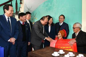 Thủ tướng Nguyễn Xuân Phúc thăm, tặng quà người có công tỉnh Hưng Yên