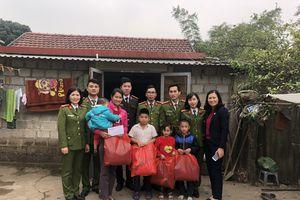 Công an Quảng Ninh tặng quà Tết cho người nghèo, người bệnh khó khăn