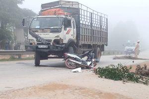 Hai vợ chồng bị xe tải tông trúng, văng xuống mương nước
