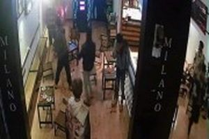 6 thanh niên bị người lạ dùng mã tấu, dao chém trọng thương ở quán cà phê