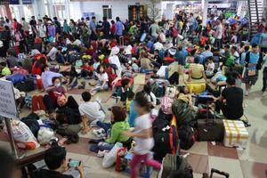 Hành khách vật vạ ở Ga Sài Gòn sau sự cố tàu SE1 bị trật bánh