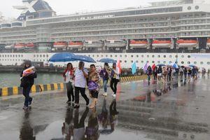 Tàu hạng sang chở hơn 2.000 du khách cập cảng Chân Mây