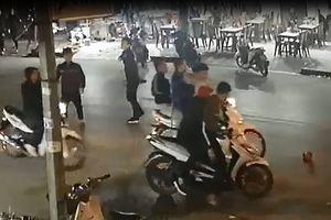 Đã quỳ xin tha, nhóm côn đồ vẫn tấn công dã man nạn nhân