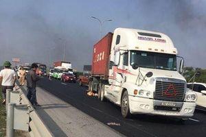 Container đâm vào nhóm công nhân sửa đường cao tốc, một người tử vong