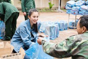 Ngày cận Tết, Hoa hậu Tiểu Vy vẫn vượt nghìn cây số, đón nước sạch cùng bà con bản Nịu