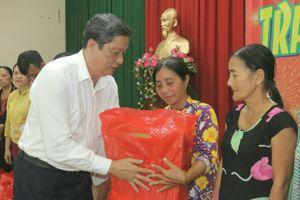 Các mạnh thường quân cùng chính quyền và báo GĐVN tại Cần Thơ trao quà tết cho dân nghèo