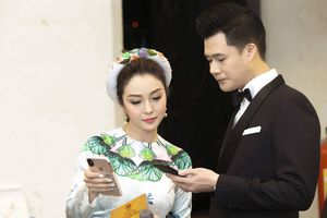 Jennifer Phạm rạng rỡ trong tà áo dài hội ngộ chồng cũ Quang Dũng