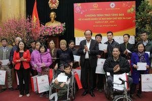 Bộ trưởng Mai Tiến Dũng tặng quà Tết cho hộ khó khăn quận Ba Đình