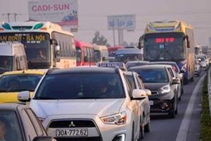 Xe đầu kéo vượt xe khách trên cao tốc tông tử vong nhân viên thi công mặt đường