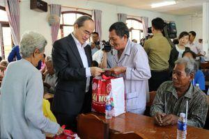Bí thư Thành ủy TP Hồ Chí Minh thăm, tặng quà Tết cho người nghèo ở Trà Vinh
