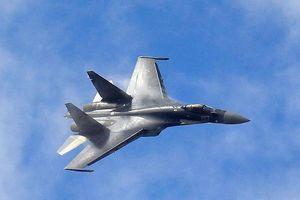 Hình ảnh Su-35 Nga 'khóa chết' tiêm kích Mỹ gây xôn xao