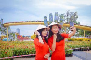Cầu Vàng bất ngờ 'xuống phố' dịp Tết: Người Đà Nẵng và du khách ngất ngây