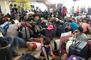 Sân bay, nhà ga 'ngộp thở' vào cao điểm