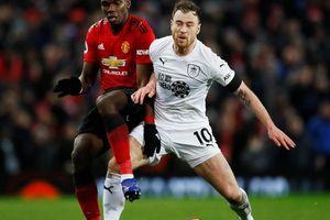 'Tí hon' Burnley ngắt mạch thắng Man United, Newcastle quật ngã Man City