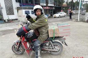 Con trai chở tro cốt của cha vượt quãng đường 4.000 km về nhà ăn Tết bằng xe máy