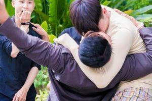 Quách Ngọc Tuyên: 'Cảnh tôi khóa môi bạn diễn nam nằm ngoài kịch bản'