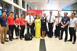 Hành khách tại sân bay bất ngờ được lãnh đạo Vietjet chúc tết, lì xì