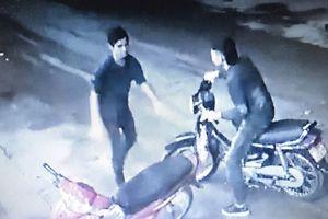 Truy bắt nghi can giết tài xế bỏ lại dao, dép trên taxi ở cổng SVĐ Mỹ Đình