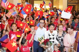 Học sinh Philippines vẫy cờ Việt Nam đón H'Hen Niê