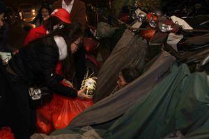 Những bạn trẻ mang Tết ấm đến người vô gia cư