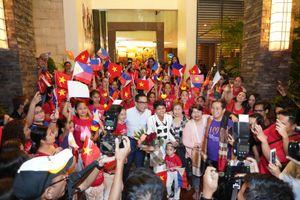 Fan Philippines mặc áo cờ đỏ sao vàng đón H'Hen Niê