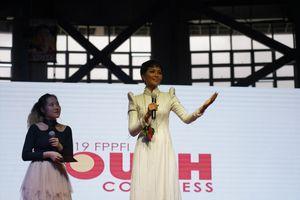 H'Hen Niê tự tin diễn thuyết truyền cảm hứng trước 12.000 sinh viên Philippines