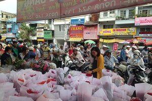 Hàng ngàn người chen chân ở chợ hoa sỉ lớn nhất Sài Gòn