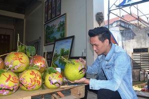 Chàng trai trẻ kiếm tiền triệu mỗi ngày dịp Tết nhờ vẽ thư pháp lên trái cây