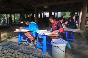 Giáp Tết lên Sin Suối Hồ xem người Mông dệt vải