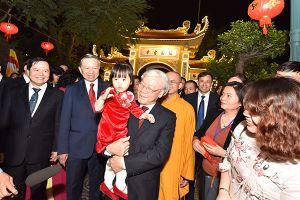 Tổng Bí thư, Chủ tịch nước Nguyễn Phú Trọng dâng hương ở chùa Trấn Quốc và mừng tuổi công nhân môi trường